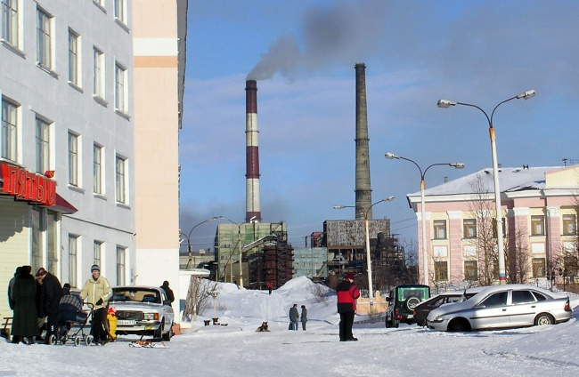 The pipes of Kola Mining Company's nickel melter in Nikel on the Kola Peninsula. (Atle Staalesen/Barents Observer)
