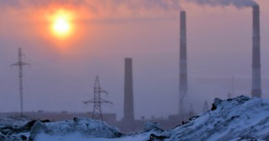 Pollution from the chimneys in Nikel moves towards the Norwegian border, while the snow around the plant is black of fallout of heavy metals, sulphur dioxide and other pollutions from the plant. (Thomas Nilsen/Barents Observer)