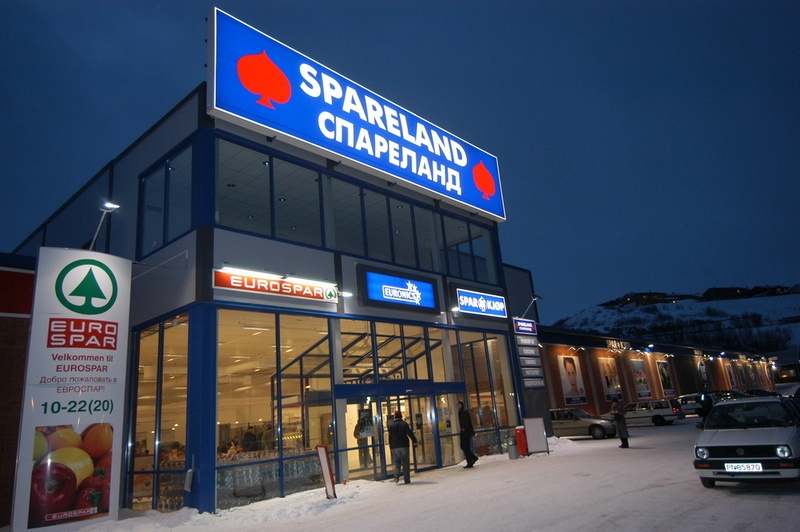 Spareland shopping centre in Kirkenes has signs in cyrillic letters to attrack customers from the Murmansk region. (Thomas Nilsen/Barents Observer)
