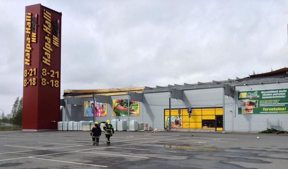 The heavy winds tore off the canopy roof of bargain department store Halpahalli in Liminka, forcing it to close Saturday afternoon. (Ari-Pekka Sirviö / Yle)