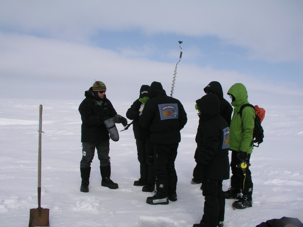 Marc Cornelissen shows climate ambassadors how to drill to measure ice thickness. Alaska, 2008. (Irene Quaile/Deutsche Welle)