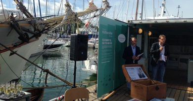Magnus Breitholtz, left, at the opening of the apartment during Gotland's Almedalen week. (Frank Radosevich / Radio Sweden)
