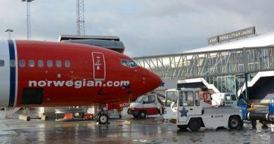 Norwegian plane at Tromsø airport. (Thomas Nilsen/Barents Observer)