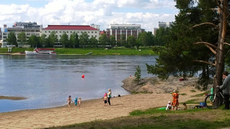 The warm weather tempted Laplanders out to visit local beaches.(Bikka Puoskari / Yle)