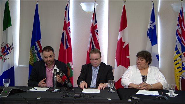 Les ministres des Territoires du Nord-Ouest, du Yukon et du Nunavut, ont discuté d'infrastructures à Whitehorse.  (ICI Radio-Canada)