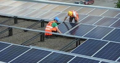Solar panels manufactured by SaloSolar in south-western Finland. ( Lassi Lähteenmäki / Yle)