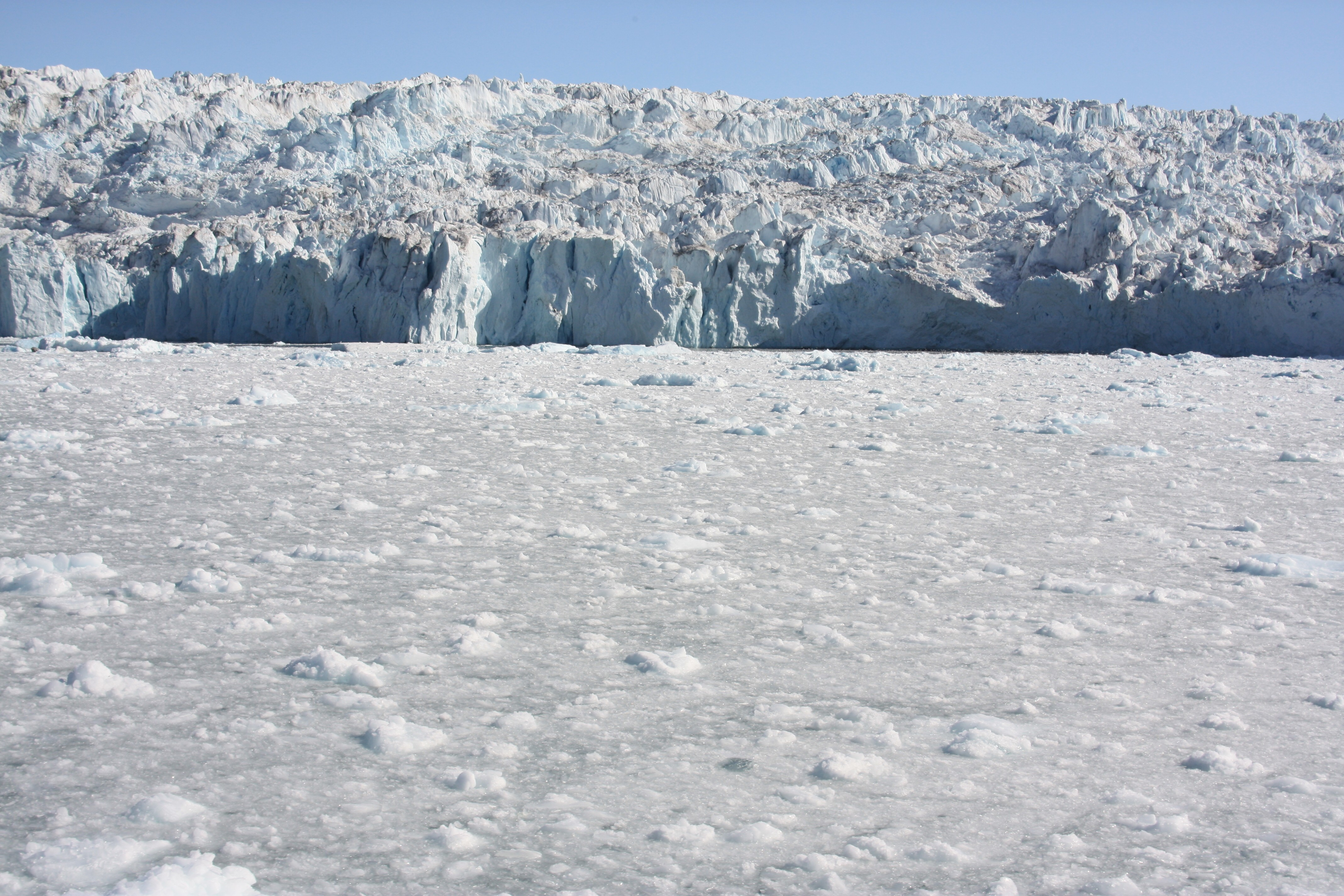 Polar ice being discharged into the sea in Greenland. ( I.Quaile/Deutsche Welle)