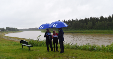 Conservative Leader Stephen Harper, right, and his wife Laureen talk with Conservative candidate for the Northwest Territories Floyd Roland as they visit the banks of the Hay River in Hay River, Northwest Territories, on Friday, August 14, 2015. (Sean Kilpatrick/The Canadian Press)