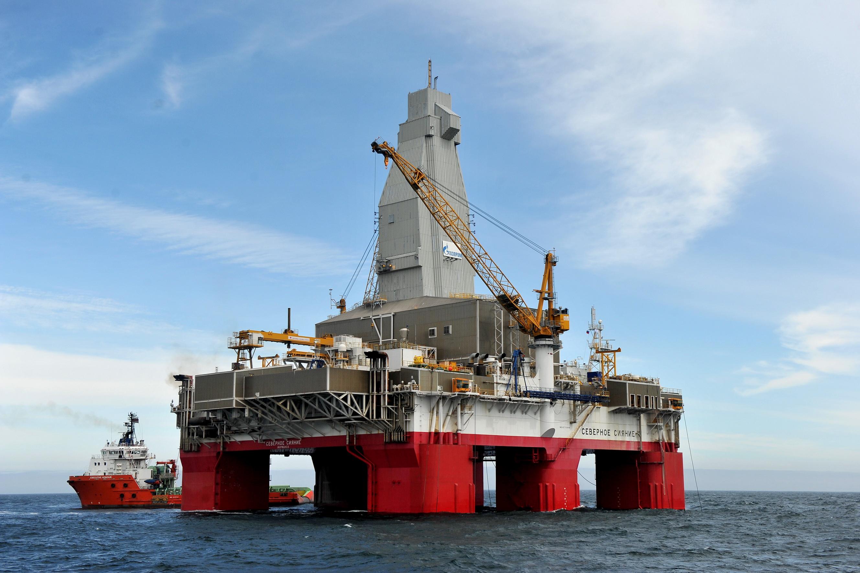 Severnoye Siyaniye semi-submersible drilling rig in Yuzhno-Kirinskoye field. (Gazprom)
