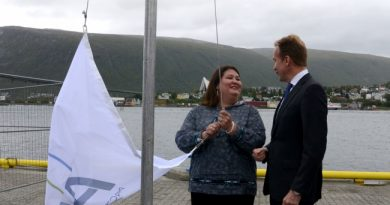 Arctic Economic Council chair Tara Sweeney and Norwegian Foreign Minister Børge Brende raise the Arctic Economic Council flag at the new council secretariat in Tromsø, Norway. (Atle Staalesen/Barents Observer)