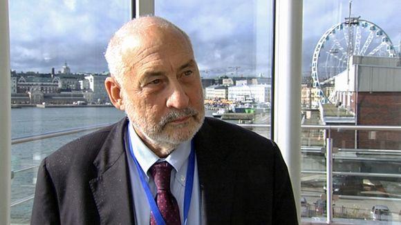 Economist adn Nobel laureate Joseph Stiglitz was in Helsinki Friday when 30,000 workers converged on Helsinki to protest planned wage cuts. (Yle)