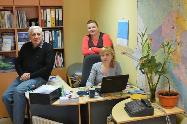 The days are counted for Bellona Murmansk as an independent Russian non-profit organization. Andrey Zolotkov, Anna Kireeva and Olga Molokova are pictured above at the organization's office. (Thomas Nilsen/Barents Observer)