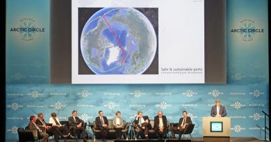 Robert Howe presenting the plans for the port. Germany is represented by a large delegation at the Arctic Circle assembly. (Trude Pettersen/Barents Observer)