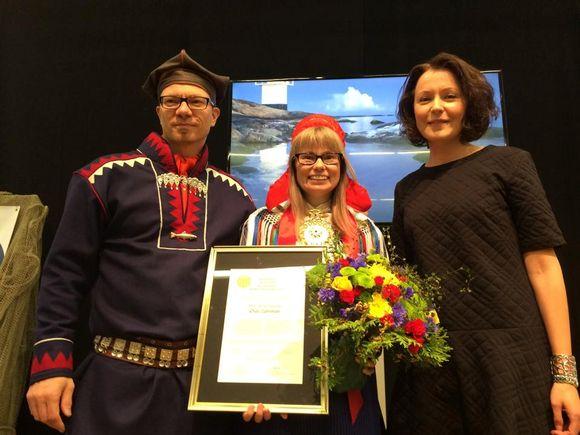 Outi Länsman (centre) poses with Pentti Pieski of the City Sámi association and Jenni Haukio, one of the main organisers of the Turku Book Fair. (Pirita Näkkäläjärvi / Yle)