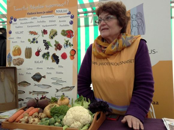Soila Hiltunen helps to spread the word about Finland's Superfoods of the North. (Kati Jurkko / Yle)