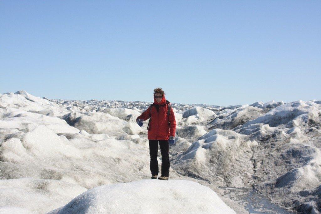 Aerial view: Meltwater trickles over Greenland ice sheet (Irene Quaile/Deutsche Welle)