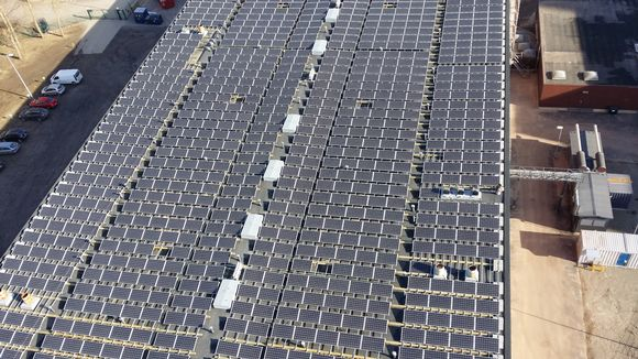 An image of the 1,200-panel solar power plant in Suvilahti. (Petteri Juuti / Yle)