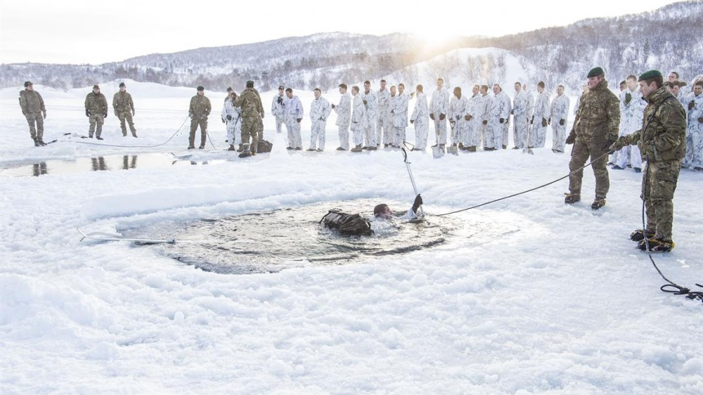U.S. Marines practice winter survival skills in Finnmark, Norway. Photo: Anna Elisabeth Martinsen / Norwegian Defense