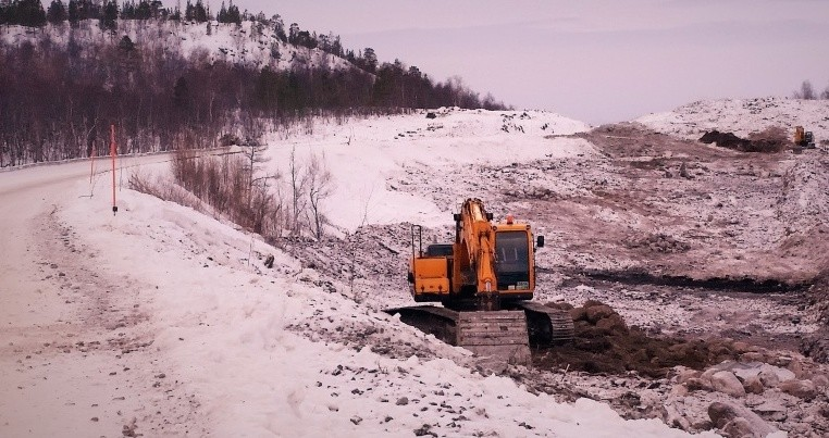 Excavators are back in work again after a year of standstill. (Thomas Nilsen/The Independent Barents Observer)
