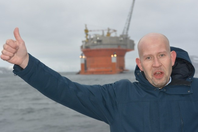 Norway's Minister of Oil and Energy puts the thumb up for Arctic oil production. This photo was taken in April last year as the Goliat platform arrived in the Barents Sea from a yard in South Korea. (Thomas Nilsen/The Independent Barents Observer)