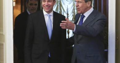 Russia's Foreign Minister Sergei Lavrov (R) greets his Norwegian counterpart Borge Brende (C) in Moscow January 20, 2014.  Sergei Karpukhin/REUTERS