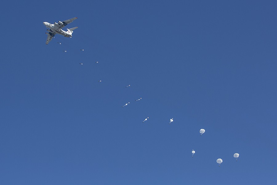 Russian paratroopers jumping from an Il-76 airplane. Photo: Mil.ru