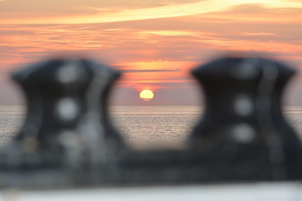 Sun sets in the Barents Sea. Photo: Thomas Nilsen