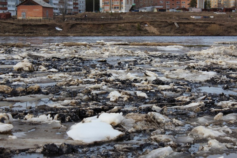 Oily ice flows by the town of Shudayag on Ukhta River. Photo: Greenpeace Russia