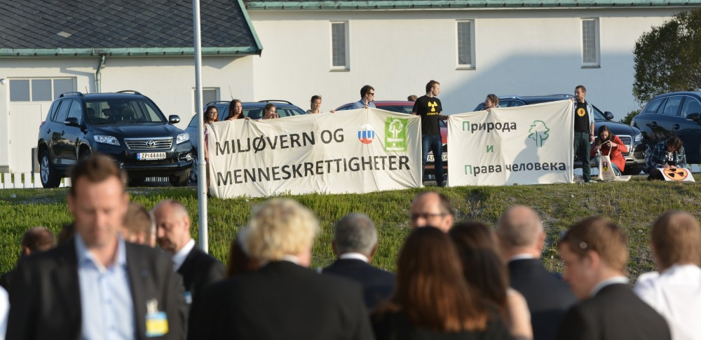 Norwegian and Russian environmentalists hold a joint rally. (Thomas Nilsen / The Independent Barents Observer)