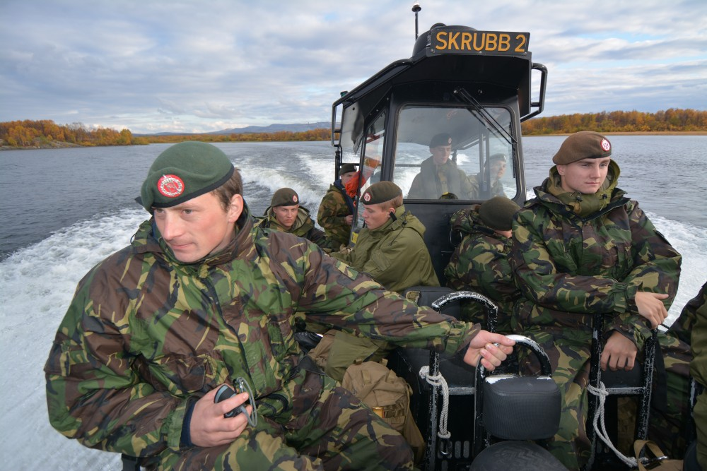 Soldiers from the garrison of Sør-Varanger pictured on the Pasvik, the river that forms the border between Norway and Russia. (Thomas Nilsen/The Independent Barents Observer)