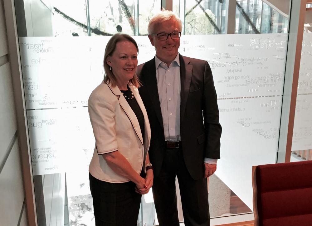 Mary Warlick had meetings with Norwegian stakeholders to discuss the situation in the oil industry and energy cooperation between Norway and the USA. Here she is with Karl Eirik Schjøtt-Pedersen, Secretary General of the Norwegian Oil and Gas Association. (Photo: U.S. Embassy)