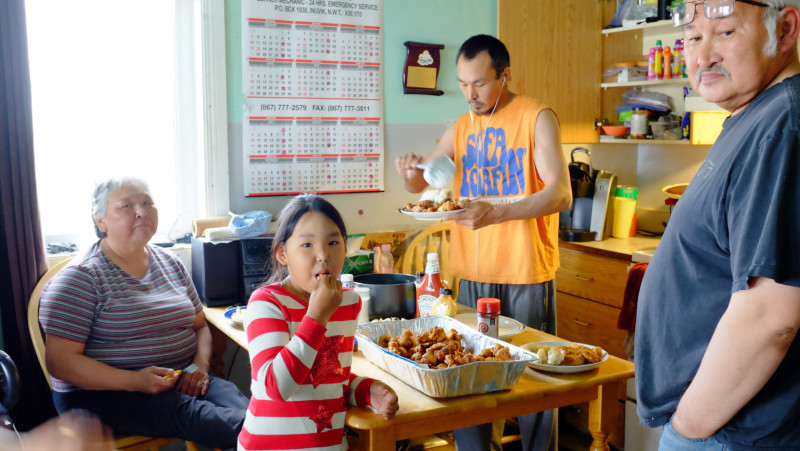 A cozy family fish fry in Tuktoyaktuk. (Mia Bennett)
