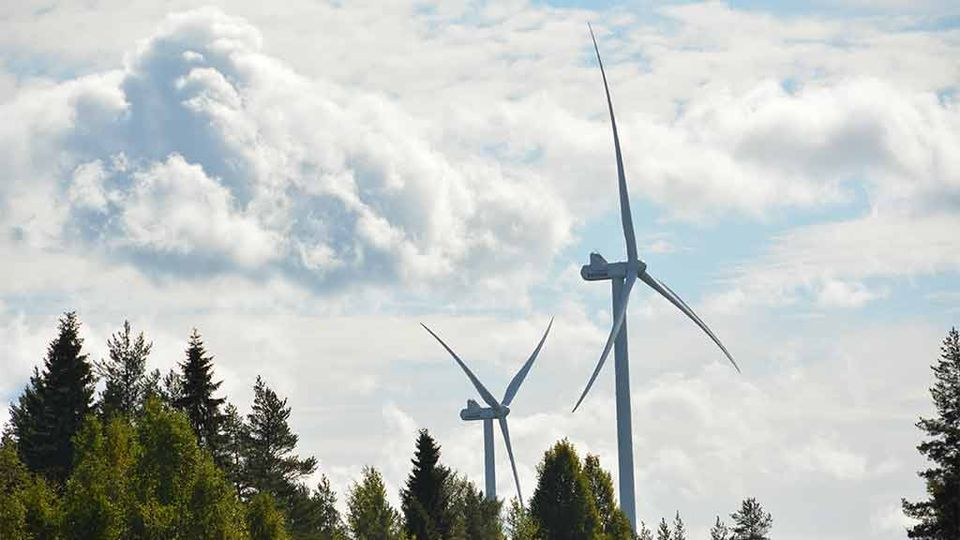 Wind farms such as the Pajukoski facility in Ylivieska are changing the rules of the energy game in Finland. ( Jukka-Pekka Tyhtilä / Yle)