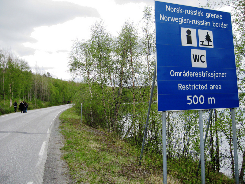 Signs tell visitors how to behave in the near border areas. (Thomas Nilsen/The Independent Barents Observer)