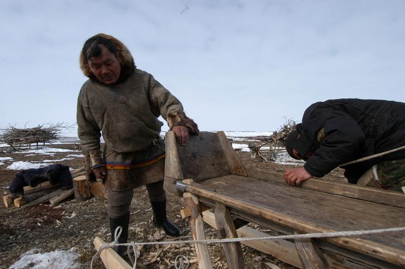 A Nenets man makes a sledge. (Thomas Nilsen/The Independent Barents Observer)