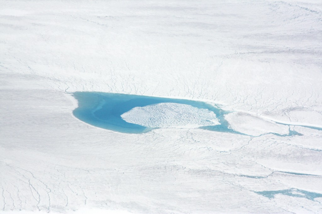 Greenland is white and blue, when melt ponds form. (Irene Quaile/Deutsche Welle)