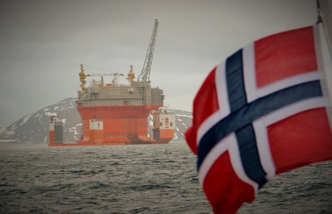 No new oil-fields should be opened in Arctic waters, according to a lawsuit announced on Tuesday in Oslo. The Goilat platform is today the only operational oil-field in the Norwegian sector of the Barents Sea. (Thomas Nilsen/The Independent Barents Observer)