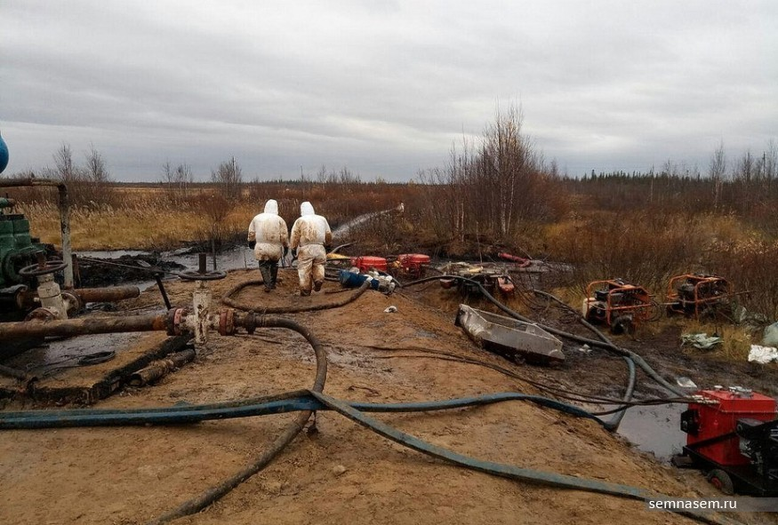 Workers clean up an oil spill near a Lukoil pipeline in the Komi Republic, in northern Russia ( Vladimir Prokushev / Semnasem.ru)