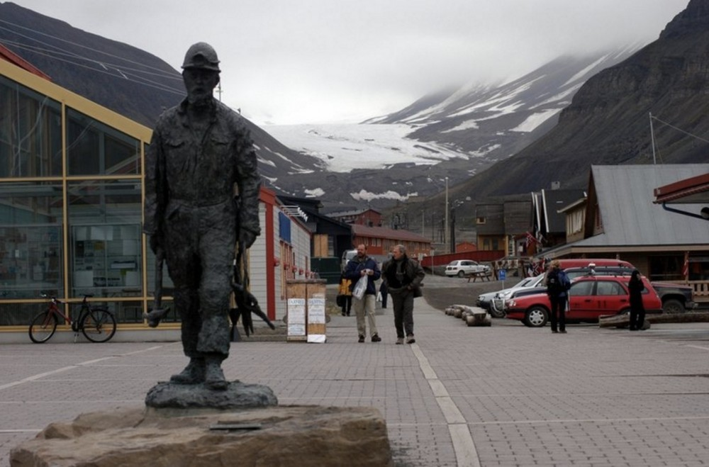 Tourists in Longyearbyen, Svalbard. (Thomas Nilsen/The Independent Barents Observer)