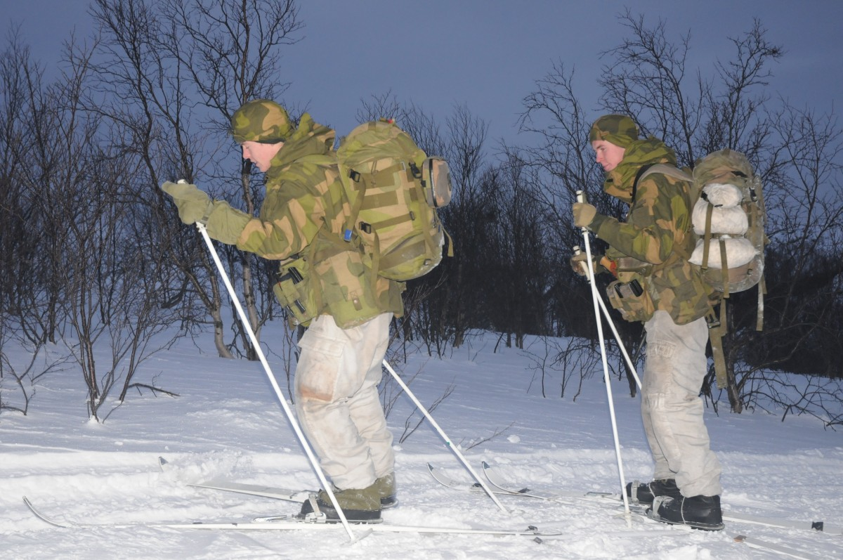 This is how it really looks like on Norway's border to Russia: Border guard soldiers on duty skiing in the terrain. (Thomas Nilsen/The Independent Barents Observer)