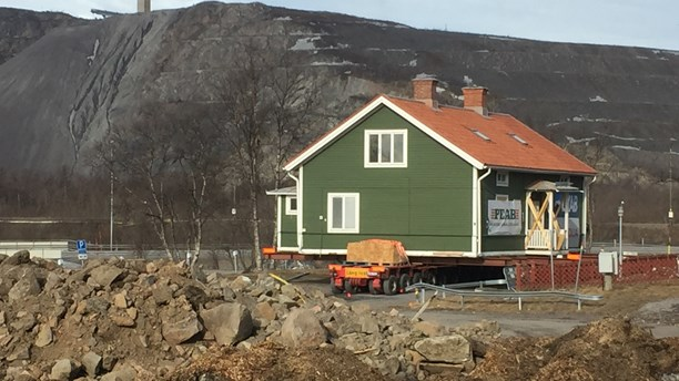 first-historic-building-moved-as-northern-sweden-town-is-relocated