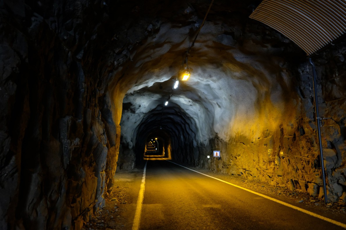 Inside the tunnel to Gasadalur.