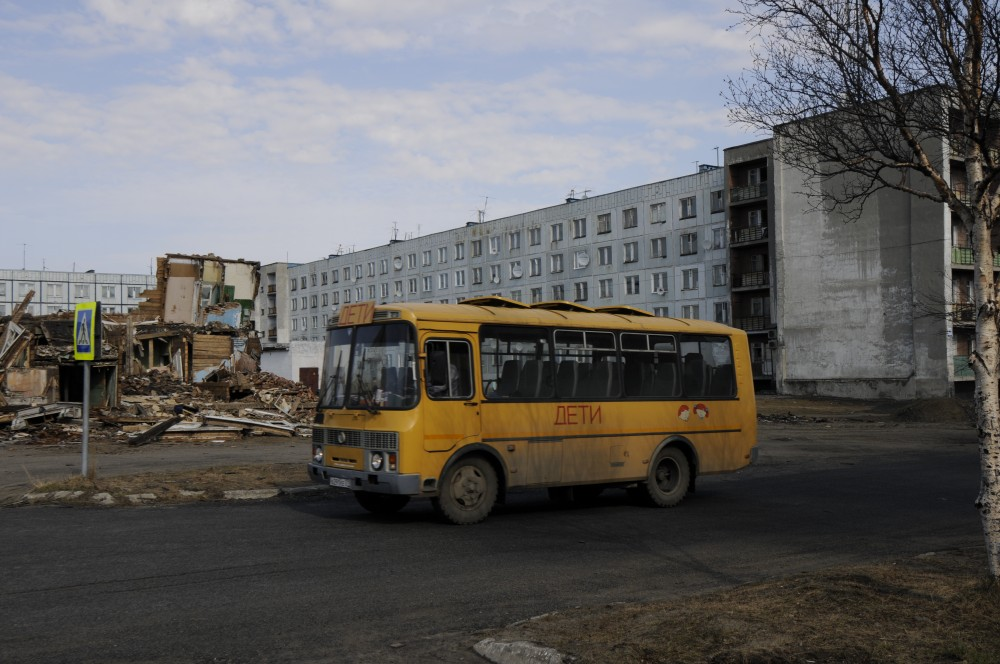 School bus in front of on of the few apartment blocks where people still are living. (Thomas Nilsen/The Independent Barents Observer)