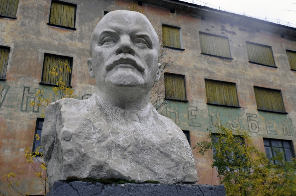Corroded bust of Lenin stands in front of one of the abounded buildings in the town center. (Thomas Nilsen/The Independent Barents Observer)
