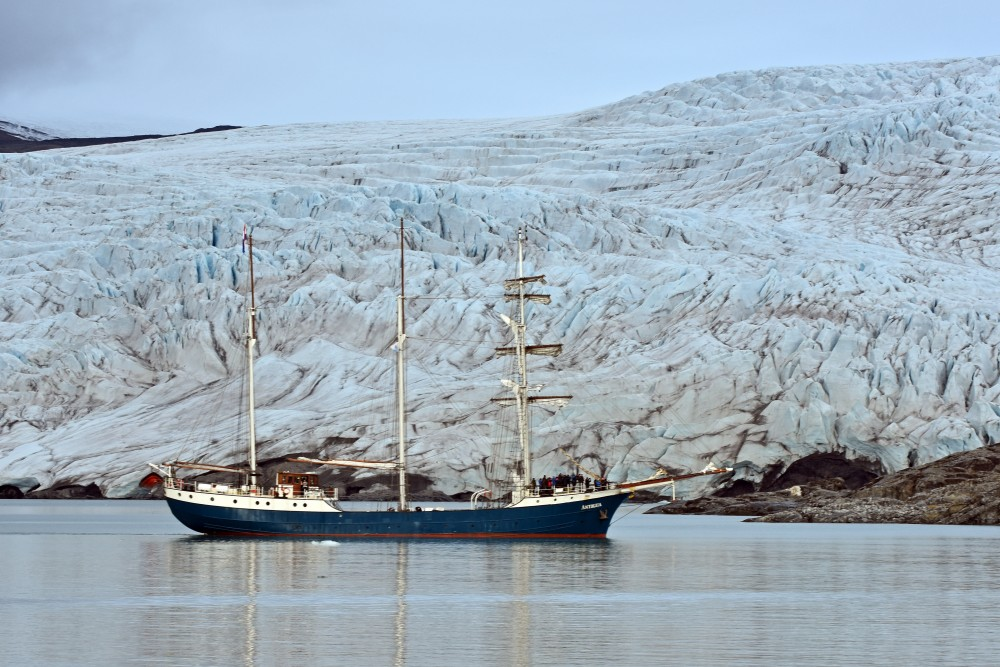The three-mast sail­ing ship An­tigua at the Nordenskiöld glacier, Svalbard. (Thomas Nilsen/The Independent Barents Observer)