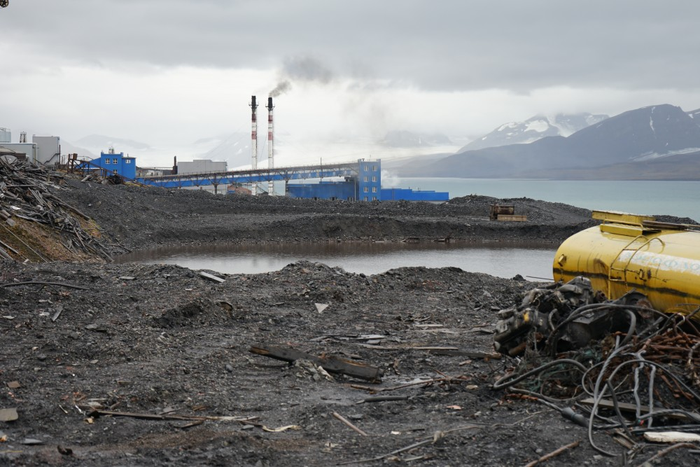 Maybe not the highlight of a guided tour in Arctic Barentsburg. The coal mine's waste dump. (Thomas Nilsen/The Independent Barents Observer)