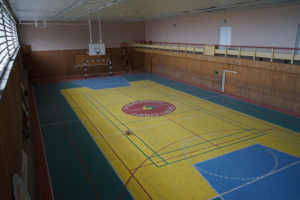 Visitors can today step inside the buildings in Pyramiden. Like this sport hall. (Thomas Nilsen/The Independent Barents Observer)