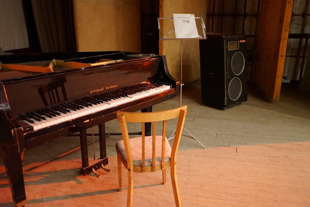 "The grand piano is an original ""Red October"". (Thomas Nilsen/The Independent Barents Observer)"