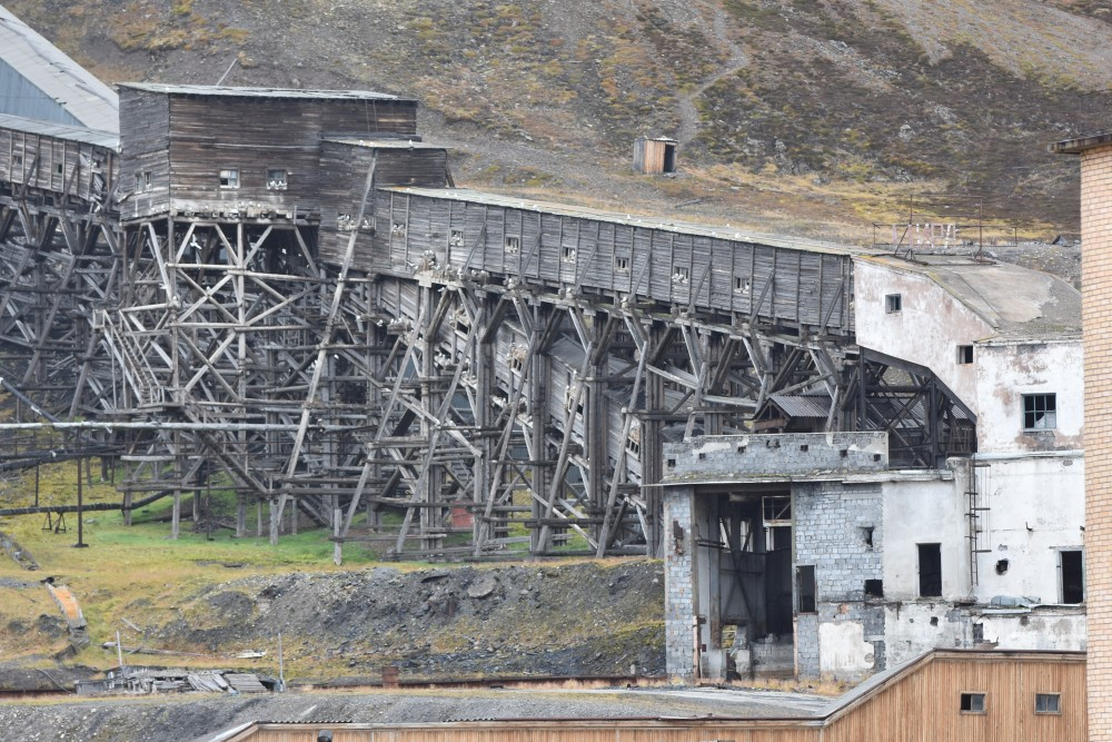 From the shafts, the coal was carried to port via this structure. (Thomas Nilsen/The Independent Barents Observer)