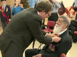 Emard Court, recevant sa médaille de la Légion d'honneur des mains du consul français Vincent Hommeril (CBC)